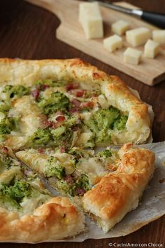 Sfoglia filante con broccoli e pancetta I Love Food, Good Food, Yummy Food, Greek Recipes, Italian Recipes, Pasta Con Broccoli, Crostini, Pan Relleno, Confort Food