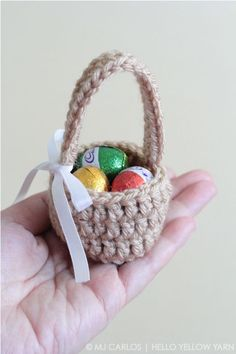 Aren't these mini baskets cute? Here's a super fun, quick and easy project for this easter to make for the little ones. I've been very busy working on other projects, mainly re-s… korb ostern Crochet Easter Basket Free Patterns Holiday Crochet, Crochet Gifts, Easy Crochet, Tutorial Crochet, Easter Egg Basket, Easter Eggs, Easter Table, Easter Party, Easter Gift