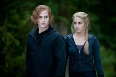 Nikki Reed (in character as Rosalie Hale) wore this Talula Ruched Front Hoodie for the training scene in The Twilight Saga: Eclipse. Rosalie Twilight, Jasper Twilight, Rosalie Cullen, The Twilight Saga Eclipse, Rosalie Hale, Twilight Saga Series, Twilight Book, Edward Cullen, Nikki Reed