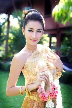 Thai women and Thai Traditional dress . (Noey Chotika)
