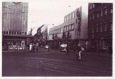 Weihnachtsdekoration am Kaufhaus Denningerin Spandau   WMF und Sanitätshaus Neusch(rechts im Bild)heute noch vorhanden, links istder Woolworth,die BreiteStraße ist noch keine Fußgängerzone   zwischen 1950 (Erbauung Denninger) und 1963 (Aufstockung um 2. OG)  Breite Straße 25-29, Berlin-Spandau