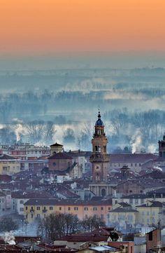 Casale wakes in foggy winter dawn