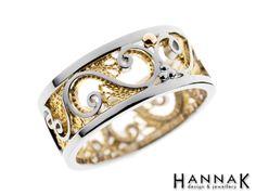 Keveän ilmava filigraanitekniikalla valmistettu näyttävä vihkisormus, jossa tekniikalle ominainen rosoisen pitsimäinen lankakuviointi on saanut parikseen kiiltävää pintaa. Keltakultainen filigraanilanka korostuu kauniisti valkokultaisesta pohjasta.  Materiaalit: 750-valkokulta, 750-keltakulta    Filigree ring: White gold 750, Yellow gold 750   http://www.hannakorhonen.fi/filigraani-iv/ #HannaK #rings #wedding #jewelry #filigree