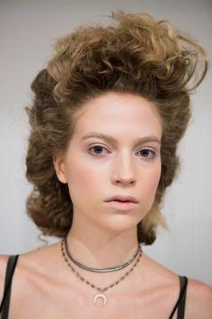 Włosy mogą nas postarzać i nie chodzi tylko o niemodną fryzurę