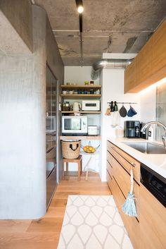 棚を造作してすっきりと収納 冷蔵庫もビルトインに キッチンデザイン マンションキッチン リノベーション キッチン