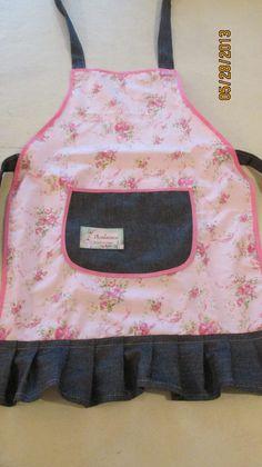 delantal en rosa floreado con detalles en jeans