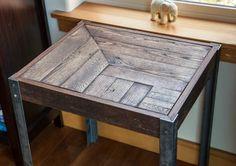 Repurposed Pallet Wood and Metal Side Table por woodandwiredesigns
