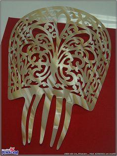 peineta hecha a mano con acetato imitacion marfil. www.manualidadespinacam.com #manualidades #pinacam #acetatos #concha #nacar #carey