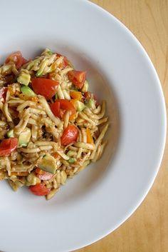 Salát ze syrové cukety - pro 1 osobu Ingredience 1 menší cuketa (menší cukety jsou lepší, jsou mladší a křehčí než jejich velké sestry : ) 5 šery rajčátek 1/4 avokáda 1 lžička balzamikového glazé (šikovná lahvička hustého ochuceného balzamik octa) pár kapek olivového oleje sůl a pepř Příprava Cuketu si opláchněte. Nastrouhejte si jí na struhadle na hrubé nudličky, promíchejte s pokrájenými rajčátky a avokádem, osolte, opepřete, pokapejte olivovým olejem a balzamikovým glazé.