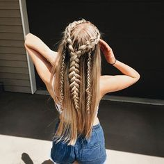 10 Classic Hairstyles Tutorials That Are Always In Style When growing up you'd probably worn numerous hairstyle ideas and until now that you're grown up you are still trying new hairdo. These classic hairstyles Classic Hairstyles, Pretty Hairstyles, Easy Hairstyles, Hairstyle Ideas, Bohemian Hairstyles, Halloween Hairstyles, Prom Hairstyles, Hairstyle Short, School Hairstyles