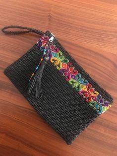 Diy Crochet Bag, Crochet Wallet, Crochet Pouch, Crochet Motif, Crochet Patterns, Hand Knit Bag, Embroidery On Clothes, Crochet Handbags, Knitted Bags