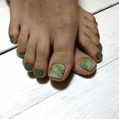 In order to pamper yourself with beautiful nails decorated with a stylish design, it is important to pay special attention not only to the hands, but also to the legs on which to perform the most fashionable pedicure of the season. Pretty Toe Nails, Cute Toe Nails, Pretty Toes, My Nails, Green Toe Nails, Fall Toe Nails, Winter Nails, Summer Nails, Toe Nail Color