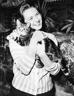 Ingrid Bergman and feline friend. Ingrid Bergman, Isabella Rossellini, Crazy Cat Lady, Crazy Cats, I Love Cats, Cool Cats, Celebrities With Cats, Son Chat, Photo Chat