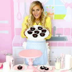 {VIDEO} Cream-Filled Chocolate Cupcakes (Homemade Hostess Copycat Recipe)