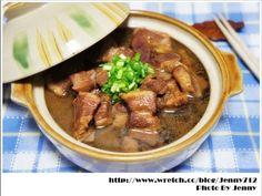紅燒肉是採用半瘦半肥的豬肉,切成勻稱的切狀,再用醬油加少量的糖燒製而成,色澤上呈現紅亮、肥而不膩,可滿足眾人的口腹之慾