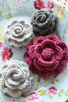 kungen & majkis: Virkade blommor. Beautiful crochet roses (with nice button-looking centers)