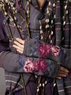 Pattern 'Tamara' Gloves Rowan Knitting and Crochet magazine 48 Knit Mittens, Knitted Gloves, Fingerless Gloves, Rowan Knitting, Hand Knitting, Knitting Projects, Knitting Patterns, Intarsia Patterns, Magazine Crochet
