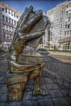 Interesante escultura ubicada en Dusseldorf. ¿Alguien conoce al autor?