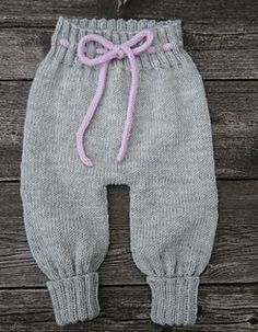 BAGGY BABY Strikkeopskrift Overalls, bukser, bloomers & romber i én ByAmstrup Knit Baby Pants, Baby Pants Pattern, Baby Jeans, Baby Leggings, Baby Hats Knitting, Baby Knitting Patterns, Baby Patterns, Drops Baby, Boyish Style