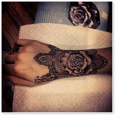 le tatouage dentelle - I'm OBSESSED with this style...click link for more images...