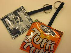 Tänään viidesluokkalaiset tekevät pieniä ystävänpäivälahjoja. Opettaja ompeli muutaman mallin ideaksi. Karkkipusseis...