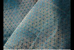 Ceci est une belle motifs minuscules Tissage Brocade Fabric en Turquoise Bleu et Or. Vous pouvez utiliser ce tissu pour faire des robes, des tops, chemisiers, vestes, de l'artisanat, des...