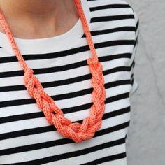 Kette häkeln - Fehlt Ihnen zum Abendkleid noch die passende Kette? Unser Vorschlag: Lassen Sie sich von unserem einzigartigen Modell inspirieren. Mit Luftmaschen und Knoten kreieren Sie diese Halskette.