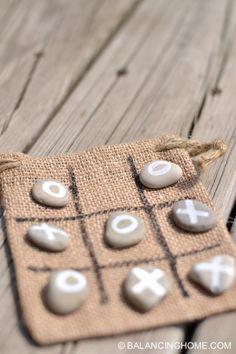 Beutel nähen, Linien darauf sticken, Knöpfe als Spielsteine verwenden