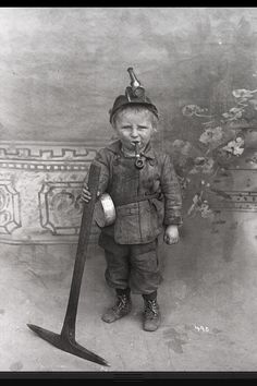 Ridiculously young coal miner, USA, early Sad picture of child labor! Vintage Pictures, Old Pictures, Old Photos, Nagasaki, Hiroshima, Vintage Illustration, Coal Mining, Interesting History, World History