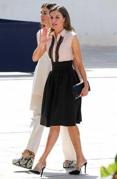 70e6c08d8 Letizia Ortiz estrena look y repite sus zapatos más atrevidos del verano