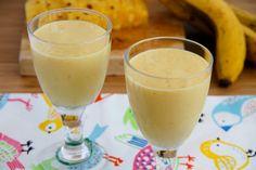 Smoothie amarillo de plátano, mango y piña