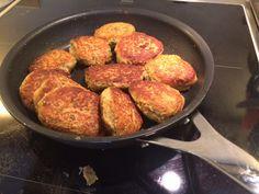 I dag får i en ny opskrift på tunfrikadeller. Denne gang en spicyen af slagsen. 2ds tun i vand 2 æg 3-4spiseskefulde mel 2-3 spsk. skyr 2 spiseskefulde hvide sesamfrø 1 tsk. Revet frisk ingefær 1 fed hvidløg 1 spsk. Chilipasta 3forårsløg finthakket Salt og Peber Dræn tunen. Lad den stå og dryppe af, mens…