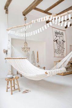 Biały hamak w aranżacji białego pokoju w skandynawskim stylu