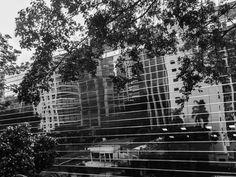 Foto do espelhamento do skyline da Av. Horácio Lafer