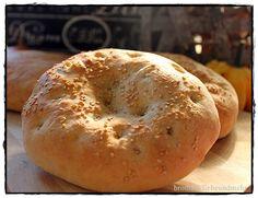♥♥♥ Rezepte für türkisches Fladenbrot gibt es Unmengen. Mehl, Wasser, Salz und Hefe kommen immer mit rein, ansonsten variieren die Zutaten. Es wird traditionell immer mit Sesam und Schwarzkümmel be...
