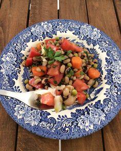 Απλή , δροσερή και χορταστική σαλάτα ταιριάζει απόλυτα με ψάρια και κρεατικά αλλά και μόνη της αποτελεί ένα γεύμα . Δοκιμάστε την και θα γίνει η αγαπημένη Cantaloupe, Salsa, Mexican, Fruit, Ethnic Recipes, Food, Essen, Salsa Music, Meals