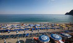 """Itinerario """"Cinque Terre"""": la spiaggia di Monterosso. #Monterosso è la più attrezzata delle Cinque terre per ospitare i turisti. Il borgo è diviso in due parti: il centro storico più antico e suggestivo e un'area più moderna con una lunga spiaggia, diversi hotel e alcuni ristoranti. Tutto l'itinerario: http://www.allyoucanitaly.it/blog/itinerario-consigliato-per-cinque-terre"""