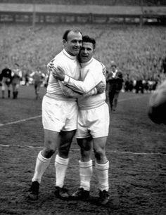 """Dos iconos del Real Madrid, Alfredo Di Stefano y Ferenc """"Pancho"""" Puskas, celebran el triunfo la Copa Europea de Campeones en la victoria por 7-3 ante el Eintracht Frankfurt en Hampden Park. 1960."""