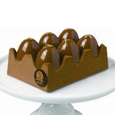 Œufs de Pack - Dalloyau : Détournant la boîte à œufs traditionnelle, un dessert trompe-l'oeil 100% gourmand. Alvéoles composées d'un croustillant de noisettes du Piémont, de biscuit moelleux et d'une mousse au chocolat au lait Bahibé à 46% de cacao de la République Dominicaine. 58 € / 6 personnes.