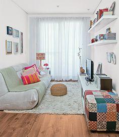 """""""Móveis baixinhos ampliam visualmente uma área pequena"""", ensina a arquiteta Juliana Savelli. Daí o sofá de apenas 70 cm de altura e o rack d..."""