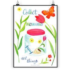 Poster DIN A3 Collect Moments, not things aus Papier 160 Gramm  weiß - Das Original von Mr. & Mrs. Panda.  Jedes wunderschöne Poster aus dem Hause Mr. & Mrs. Panda ist mit Liebe handgezeichnet und entworfen. Wir liefern es sicher und schnell im Format DIN A3 zu dir nach Hause.    Über unser Motiv Collect Moments, not things  Schöne Momente erleben, sich erinnern, sie versuchen sich zu bewahren. Das ist so viel mehr Reichtum, als Gegenstände anzuhäufen.    Verwendete Materialien  Es handelt…