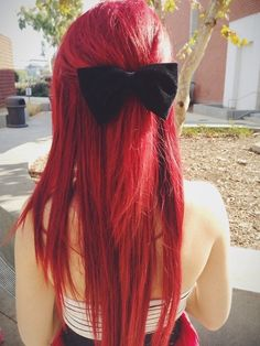 Dye your hair simple & easy to red hair color - temporarily use red hair dye to achieve brilliant results! DIY your hair red with hot red hair chalk Ruby Red Hair, Vibrant Red Hair, Dyed Red Hair, Long Red Hair, Dye My Hair, Colorful Hair, Red Hair Bright Cherry, Bright Red Hair Dye, Straight Red Hair