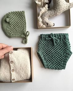 Bloomers and bonnet for newborn, merino wool 60% and 40% modal bloomers and alpaca bonnet. Size : newborn. WE SHIP WORLDWIDE! We will send orders to the address listed on Etsy account by default. Please send us a convo if you want us to ship to a different address. Items will be shipped