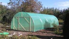 Solarul de legume care se montează în cinci ore, fără sudură și fără fixare prin beton, dar rezistent și bine fixat în pământ. Structura pentru cultivarea legumelor în spațiu protejat co