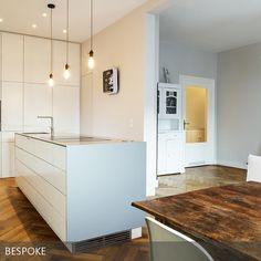 Küche und Wohnraum in einem! Die offene Küche geht ins Wohnzimmer über und die hellen Möbel sorgen für Klarheit und Ordnung! Eingerichtet von BESPOKE Stefan Neubrand Innenarchitekten aus München.
