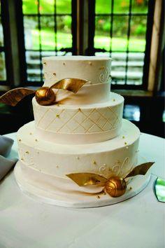Casamento inspirado no bruxinho Harry Potter - O tema pode ser abordado desde o convite, passando pela decoração da cerimônia e da recepção, traje dos padrinhos, mesa do bolo, buquê e alianças.