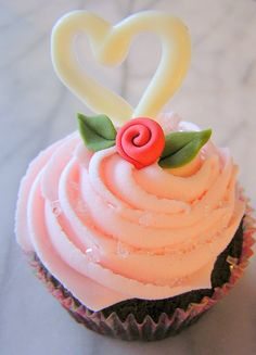 Simple and sweet! Valentine Day Cupcakes, Valentines Day Food, Valentine Treats, Beautiful Cupcakes, Love Cupcakes, Yummy Cupcakes, Cupcake Shops, Cupcake Art, Cupcake Cakes
