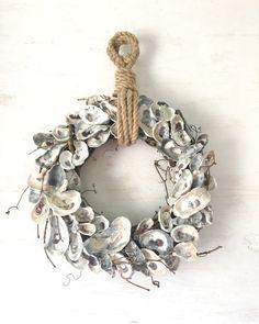 18 oyster Shell krans, Oyster krans, Oyster Decor, nautische krans, strand krans kust krans, Decor van het strand, kust Decor, touw krans ______________________________________________________ Deze oester schelp krans is geweldig voor degenen die niet de zorg voor bogen en frilly spullen op hun kransen. Het is klassiek en stijlvol voor uw kust decor, omdat de neutrale kleuren gaan met vrijwel alles! Gemaakt met een wijnstok basis, was elke oester schelp hand geplukt door mij op de…