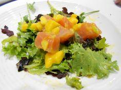 Ensalada de salmón ahumado en dados y mango con vinagreta de su crema