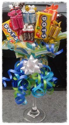 Aprende paso a paso como hacer un bello arreglo de dulces usando una copa de cristal como base. Es un regalo muy sencillo y que sin embarg... Candy Boquets, Candy Bouquet Diy, Diy Bouquet, Holiday Gift Baskets, Holiday Gifts, Homemade Gifts, Diy Gifts, Chocolate Flowers Bouquet, Candy Crafts